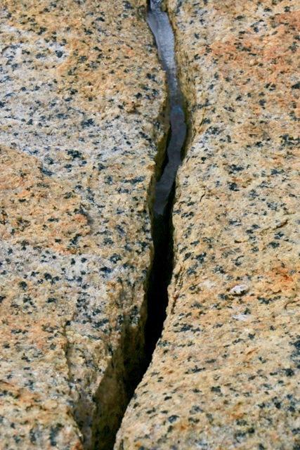 photo-15-fissure-dans-la-roche