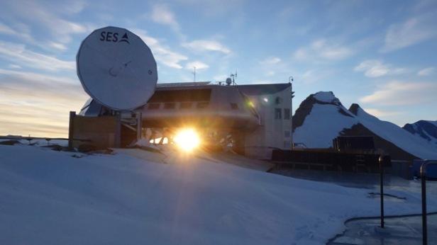 photo-16-lantenne-satellite-et-soleil-de-minuit