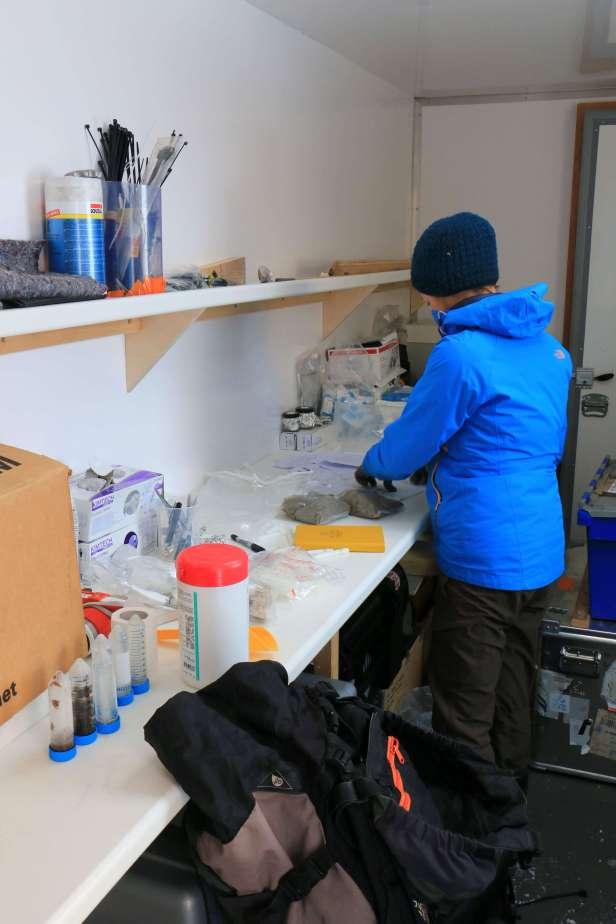 photo-28-les-echantillons-sont-prepares-au-laboratoire
